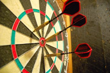 1200px-Darts_in_a_dartboard